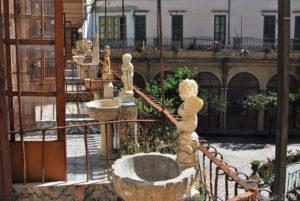 Sul balcone delle celle delle monache, che si affacciano sul chiostro, un piccolo lavacro per le abluzioni quotidiane.