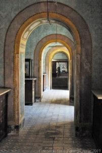 Il percorso lungo i corridoi del convento per raggiungere il tetto della chiesa.