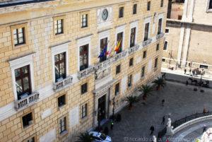 Il prospetto del palazzo Pretorio, noto anche come Palazzo delle Aquile (già denominato Palazzo Senatorio o Palazzo di Città in piazza Pretoria sede di rappresentanza del Comune di Palermo.