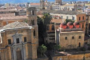 La chiesa della Martorana (a sinistra) e la chiesa di San Cataldo (a destra) sulla piazza Bellini.