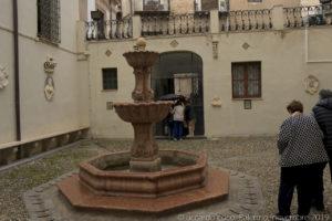 Nel cortile oltre ad una bella fontana è visibile il pozzo della dimora della Santuzza. Nel 1620, è documentata una chiesa e il pozzo di Santa Rosalia nel luogo ove, secondo tradizione popolare, sorgeva la casa di Rosalia de' Sinibaldi.