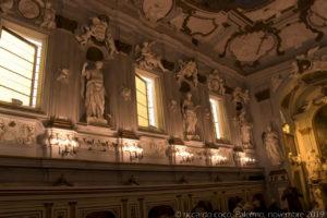"""Le statue sulla sinistra simboleggiano: la """"Dialettica"""", la """"Fisica"""", la """"Geometria"""" e la """"Teologia""""."""