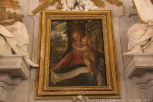 Il dipinto su tavola cinquecentesco raffigurante la Vergine con Bambino di Vincenzo degli Azani da Pavia di scuola raffaellesca.