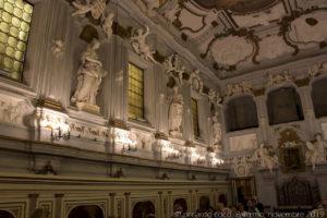 """Le statue sulla destra (a sinistra verso la controfacciata) simboleggiano: la """"Retorica"""", l'""""Etica"""", la """"Geografia"""" e l'""""Astrologia""""."""