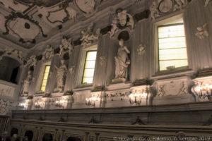 """Le statue sulla sinistra(a destra verso la controfacciata) simboleggiano: la """"Dialettica"""", la """"Fisica"""", la """"Geometria"""" e la """"Teologia""""."""