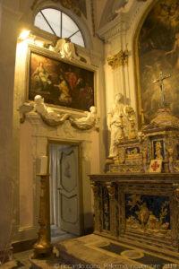 Scene della vita della santa in uno dei due quadroni ai lati del presbiterio: a sinistra (nella foto) una tela con Santa Caterina e la disputa con i sapienti.