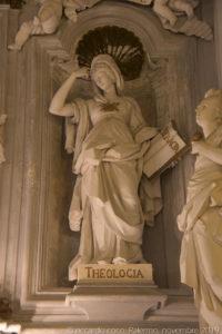 """La statua della """"Teologia""""."""