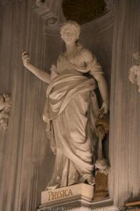 """La statua della """"Physica""""."""
