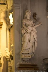 """La statua di """"Santa Oliva""""."""